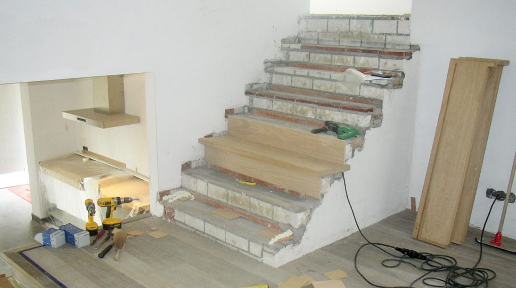 Betonnen trap bekleden loft interieur for Dikte traptreden hout